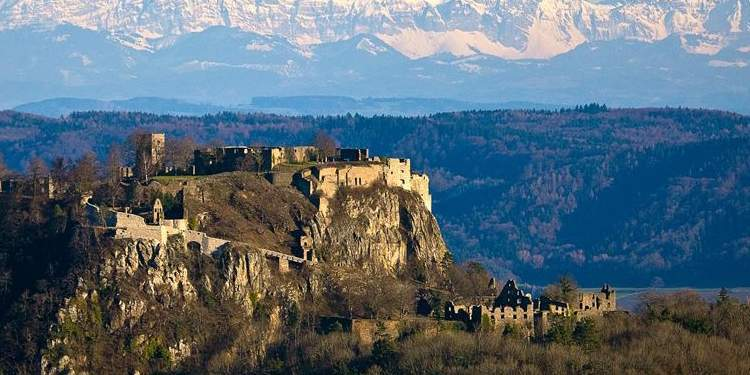 Festungsruine Hohentwiel mit Alpenpanorama; Foto: Staatliche Schlösser und Gärten Baden-Württemberg, Achim Mende