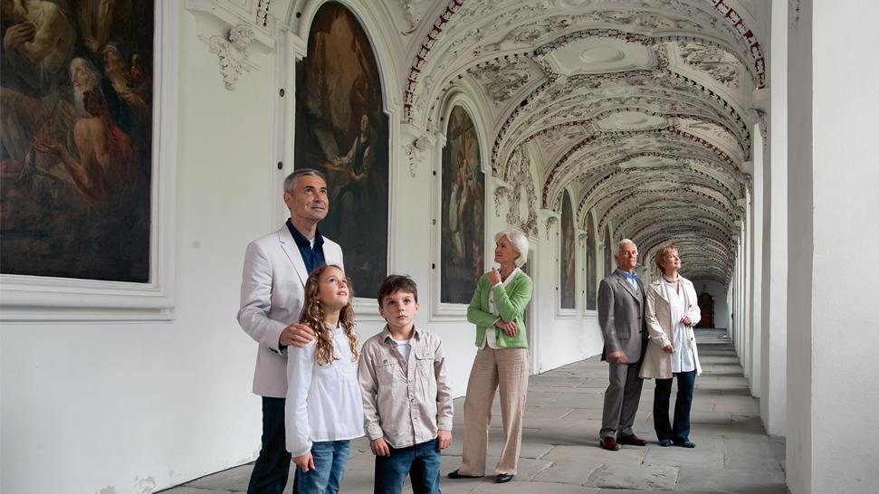 Besucher im Bernhardusgang von Kloster und Schloss Salem