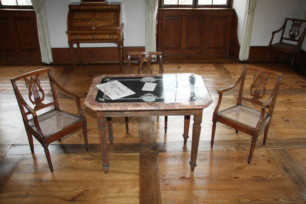 Tisch mit Scagliola-Technik (aus dem Sammlungsbestand des Badisches Landesmuseum Karlsruhe, Inventarnummer 2010/886 ) im Schlafzimmer von Kloster und Schloss Salem