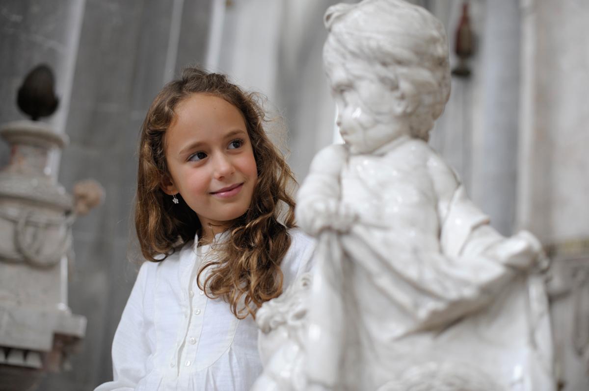 Mädchen in der Klosterkirche; Foto: Staatliche Schlösser und Gärten Baden-Württemberg, Niels Schubert