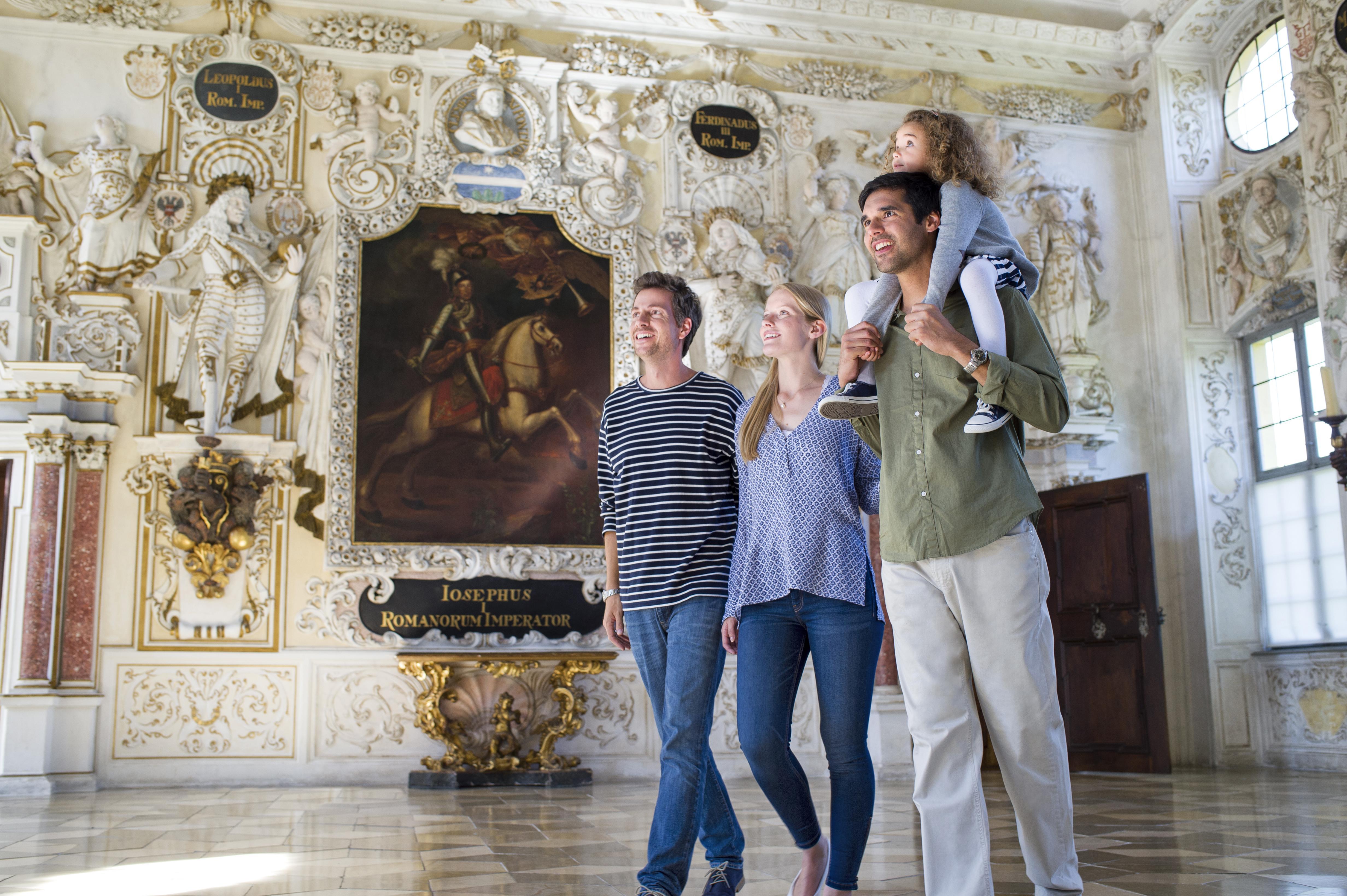 Besucherinnen und Besucher in Schloss Salem