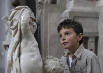 Junge in der Klosterkirche