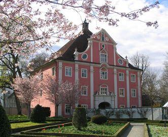 Außenansicht des unteren Tors mit Apotheke; Foto: Staatliche Schlösser und Gärten Baden-Württemberg, Urheber unbekannt