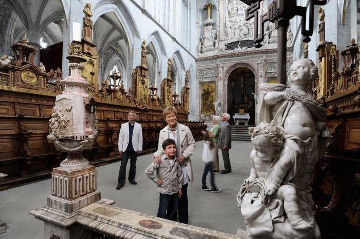 Besucher im Münster von Kloster und Schloss Salem